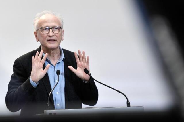 Le professeur Alain Fischer, le 25 février à Paris. Selon le président du conseil d'orientation de la stratégie vaccinale, la vaccination des 16-17ans pourrait commencer au début de l'été.