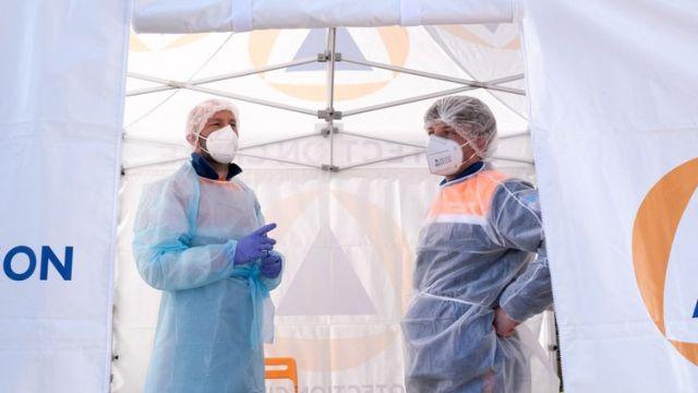 Dessoignants de la Protection civile dans un centre de dépistage, à Broons (Côtes-d'Armor), le 5 mai 2021. (MARTIN BERTRAND / HANS LUCAS / AFP)