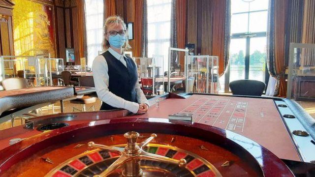 Sandrine, croupière depuis 24 ans au casino Barrière Enghiens Les Bains (Val d'Oise). (BENJAMIN ILLY / FRANCE-INFO)