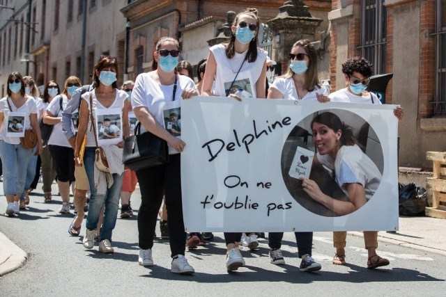 Des collègues et proches de Delphine Jubillar participent à une marche blanche le 12 juin 2021 à Albi.