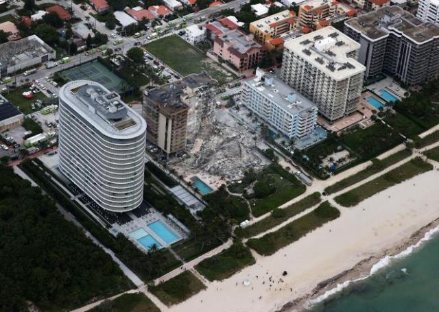 Vue aérienne de l'immeuble qui s'est effondréle 24 juin 2021 à Surfside, en Floride.