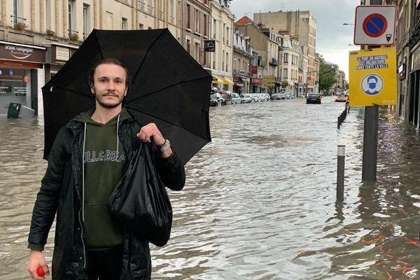De l'eau partout en bas de l'avenue Jean-Jaurès, en plein centre de Reims.