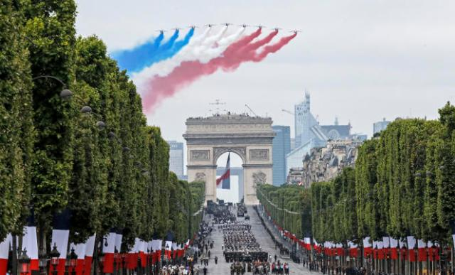 Passage de la Patrouille de France au-dessus des Champs-Elysées, lors du défilé militaire de la fête nationale à Paris, le 14 juillet 2019.