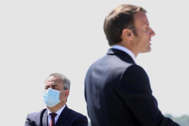 Xavier Bertrand et Emmanuel Macron lors de la commémoration de la bataille de Montcornet, à La Ville-aux-Bois-lès-Dizy (Aisne), le 17 mai 2020.