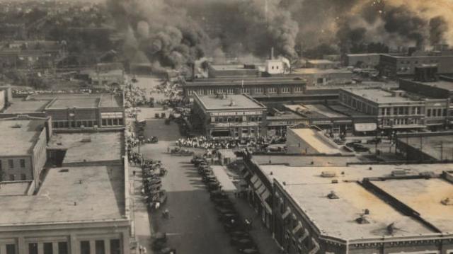 Des incendies ont ravagé le quartier noir de Greenwood, le 1er juin 1921, dans la ville de Tulsa, Oklahoma. Il s'agit del'un des pires déchaînements de violence raciale qu'aient connus les Etats-Unis.