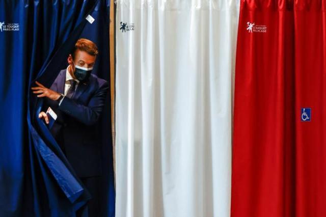 Le président Emmanuel Macron vote dans un bureau de vote du Touquet-Paris-Plage (Hauts-de-France), le 20 juin 2021.