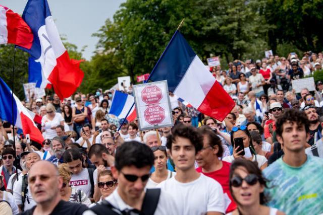 Plusieurs milliers de manifestants hostiles au passe sanitaire réunis place du Trocadéro à Paris, samedi 24 juillet.