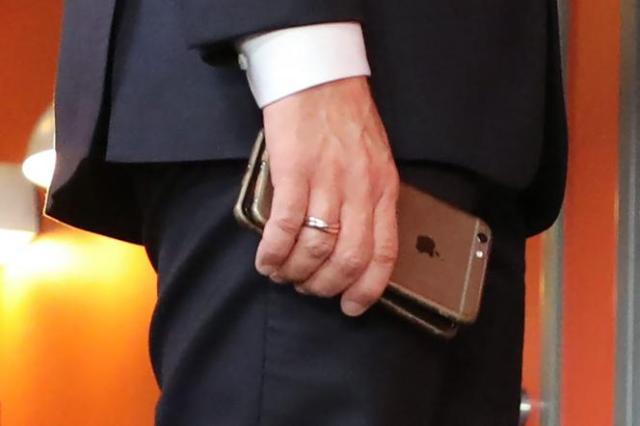 Emmanuel Macron et ses deux téléphones, en novembre 2017 durant un sommet européen en Suède.