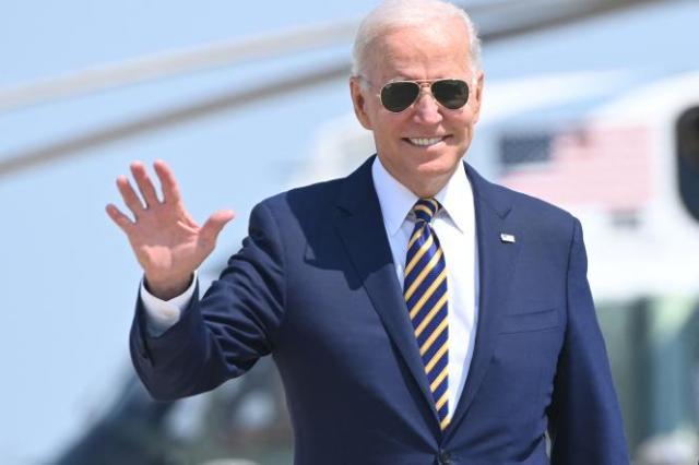 Le président américain Joe Biden fait un salut de la main en marchant vers Air Force One avant son départ de la base interarmées Andrews dans le Maryland, le 28 juillet 2021.