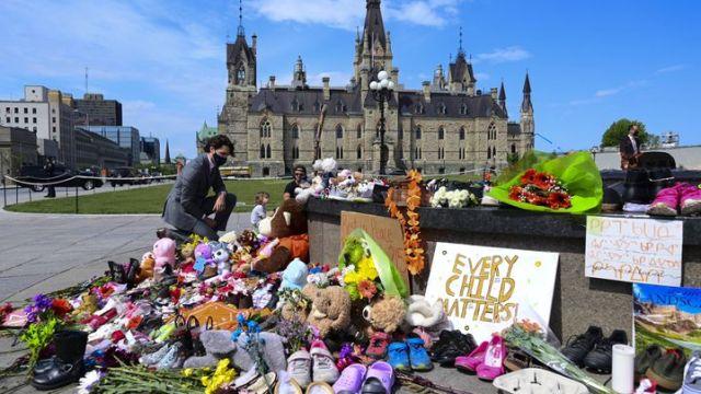 Le Premier ministre canadien, Justin Trudeau, se recueille devant le Parlement à Ottawa, le 1er juin 2021. (SEAN KILPATRICK/AP/SIPA)
