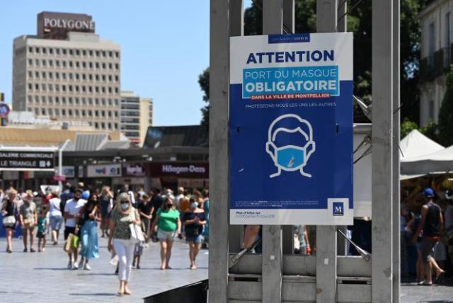 Une affiche municipale rappelant l'obligation du port du masque dans le centre-ville de Montpellier, le 27 juillet 2021.