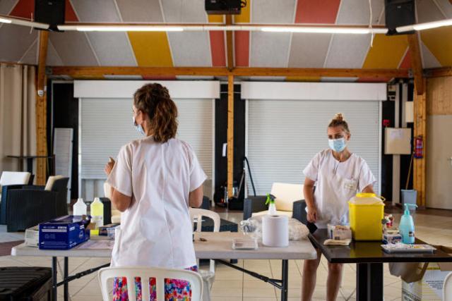 Argeles sur Mer, Occitanie, France. Le 23 juillet 2021. Deux soignantes dans la salle du centre de vaccination de passage dans le camping Le Dauphin preparant leur materiel.