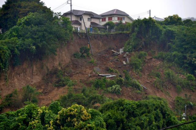 Les secours interviennent à Zushi, dans la préfecture de Kanagawa, samedi 3 juillet 2021.