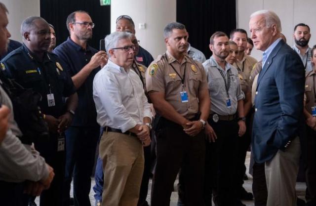Le président américain Joe Biden s'entretient, le 1er juillet 2021, à Miami Beach, avec des secouristes qui se sont rendus sur le site de l'immeuble effondré, à Surfside.