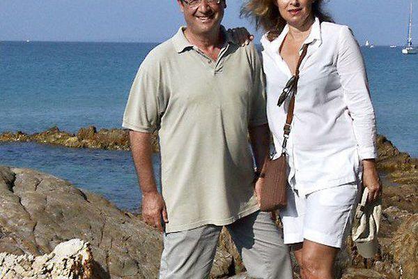 François Hollande et son ex-compagne Valérie Trierweiler sur des rochers près du fort de Brégançon.