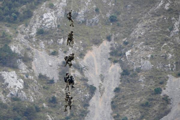Les gendarmes en intervention dans les montagnes autour de Gréolières, dans les Alpes-Maritimes, le 19 juillet 2021.
