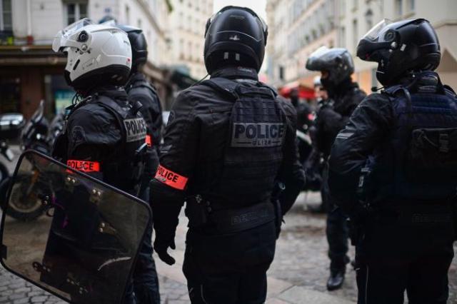 Des policiers de la brigade de répression des actions violentes motorisées (BRAV-M) lors de la manifestation contre la loi « sécurité globale», à Paris, le 12 décembre 2020.