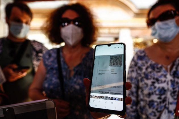 La cliente d'un restaurant du Mont Saint Michel photographiée en train de monter son pass sanitaire...