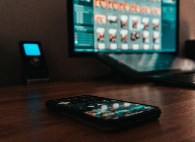 iPhone et Mac sur un bureau