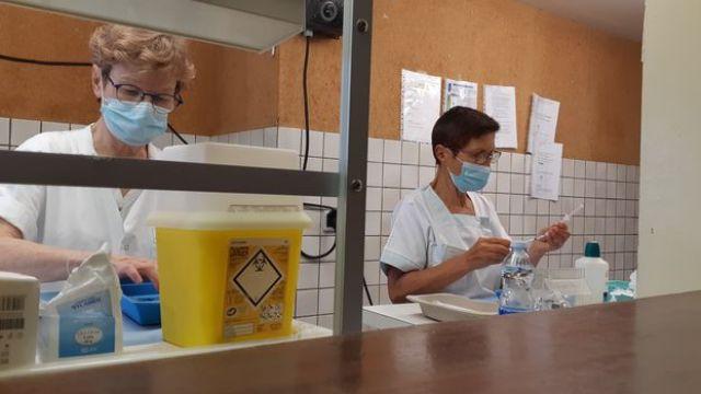 Deux infirmières préparent des doses de vaccin Pfizer/BioNTech, le 28 juillet 2021, au centre de vaccination de Saint-Paul-lès-Dax. (YANN THOMPSON / FRANCEINFO)