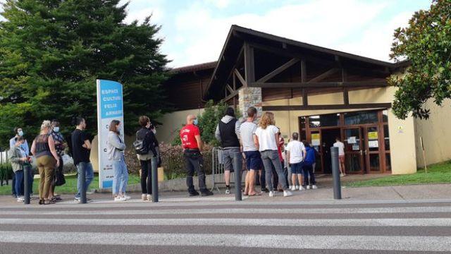 Des usagers patientent avant l'ouverture du centre de vaccination de Saint-Paul-lès-Dax (Landes), le 28 juillet 2021. (YANN THOMPSON / FRANCEINFO)