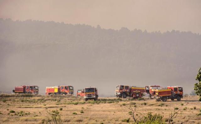 Des camions de pompiers près de la ville de Fabrezan, dans l'Aude, le 24 juillet 2021.