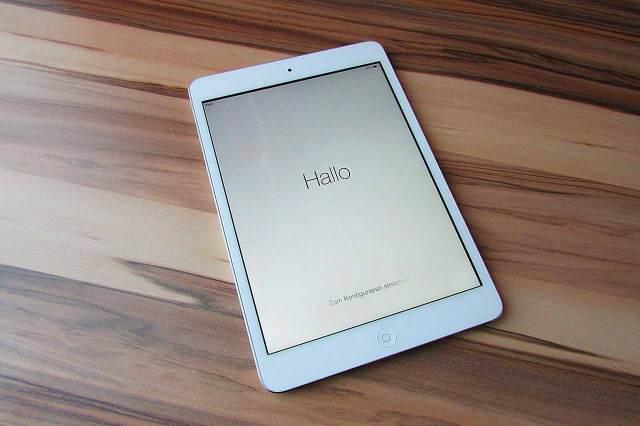 Un iPad Mini posé sur une table