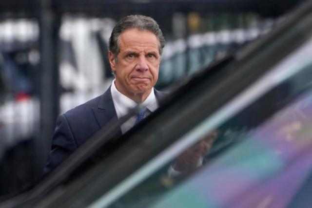 Le gouverneur de New York Andrew Cuomo s'apprêteà monter à bord d'un hélicoptère après sa démission, le 10 août 2021.