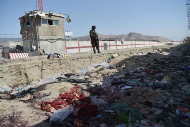 Un combattant taliban sur les lieux du double attentat-suicide à Kaboul, revendiqué par l'Etat islamique en Afghanistan, vendredi 27 août 2021.