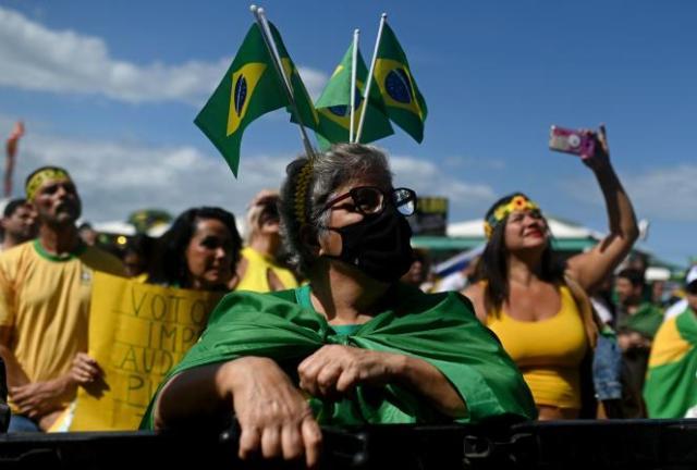 Les manifestants rassemblés pour réclamer un nouveau système de vote à Rio de Janeiro, au Brésil, dimanche 1er août 2021.