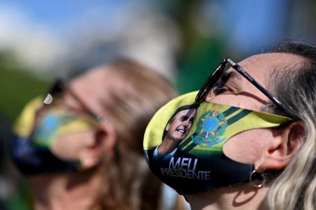 Des partisans du président Jair Bolsonaro rassemblés près de la plage de Copacabana à Rio de Janeiro (Brésil), le 1er août 2021.
