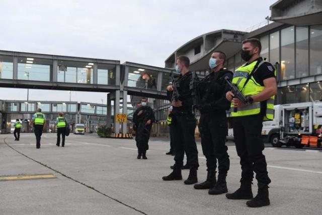 Des gendarmes encadrant l'arrivée de passagers provenant d'Afghanistan, à l'aéroport de Roissy - Charles-de-Gaulle, le 18 août 2021.