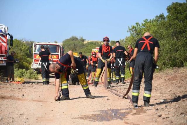 Quelque 400pompiers restent mobilisés pour éteindre l'incendie dans l'arrière-pays de Saint-Tropez, lundi 23août2021.