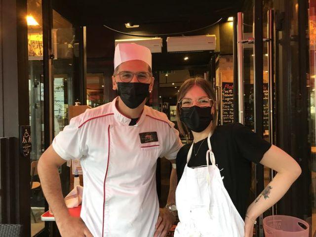 Nacer et Louise, restaurateurs dans le 14e arrondissement de Paris, le 9 août 2021, jour de l'instauration élargie du pass sanitaire. (SOLENE LEROUX / FRANCEINFO)