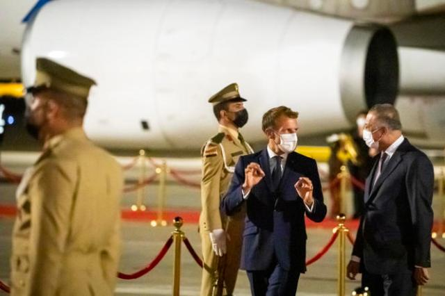 Le premier ministre irakien, Mustapha Al-Khadami, accueille Emmanuel Macron, en visite pour deux jours.Aéroport de Bagdad, Irak, vendredi 27 août 2021.