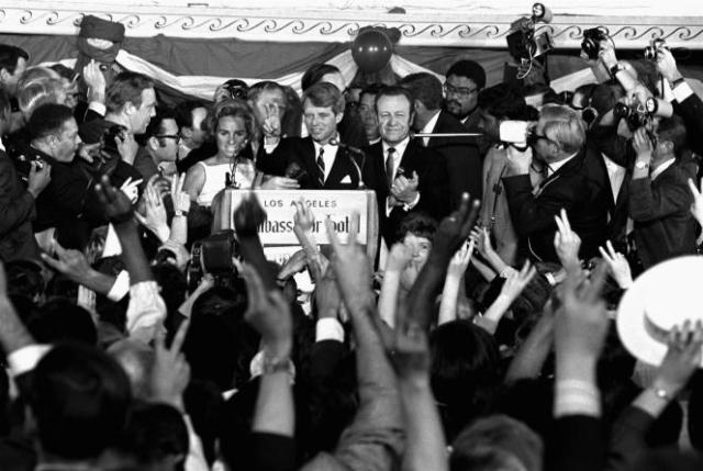 Robert F. Kennedy face au micro, aux côtés de sa femme Ethel, le 5 juin 1968, en campagne à Los Angeles, quelques heures avant d'être assassiné.