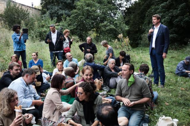 Yannick Jadot, candidat à la primaire des écologistes, mercredi 18 août à Poitiers, lors d'un picnic organisé avec des militants.