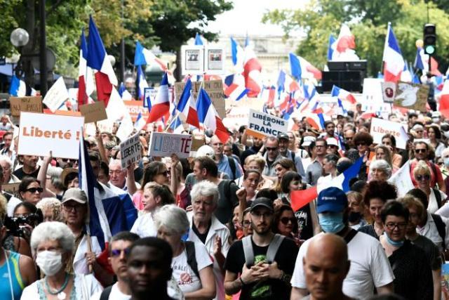 Des manifestants contre le passe sanitaire, samedi 21 août, à Paris.