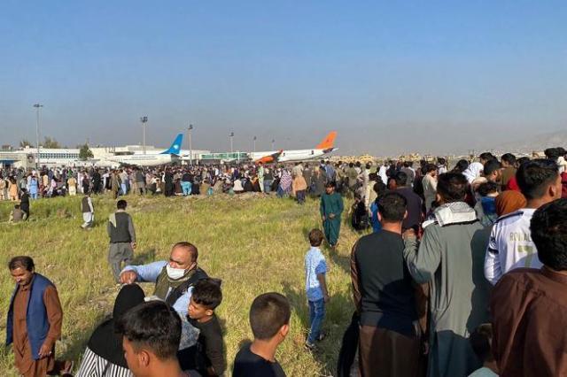 Une foule attend à l'aéroport de Kaboul dans l'espoir de quitter le pays, le 16août 2021.