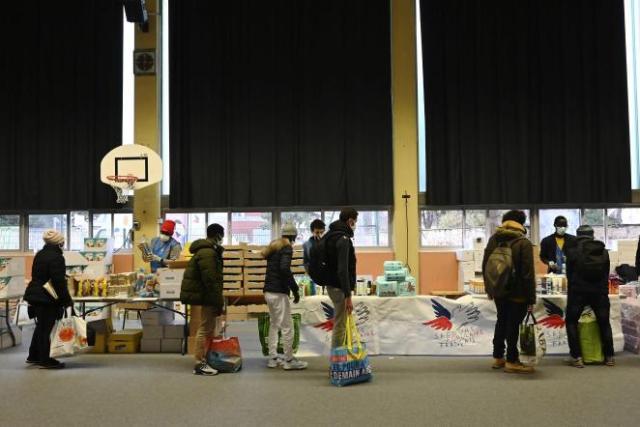Des étudiants font la queue pour recevoir un colis d'aide alimentaire lors d'une distribution du Secours populaire, à Strasbourg, dans l'est de la France, le12décembre2020.