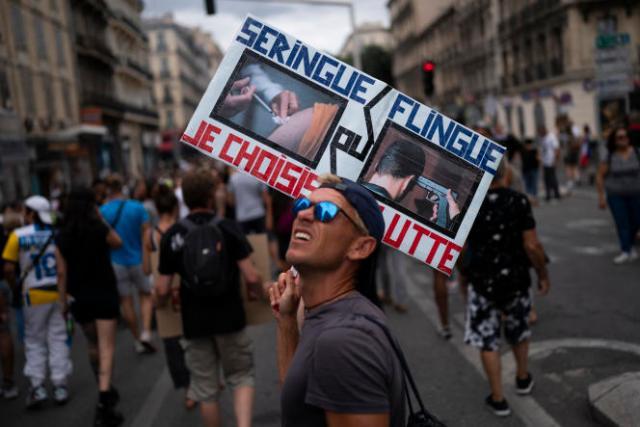 Un manifestant brandit une pancarte à Marseille, samedi 7 août 2021.