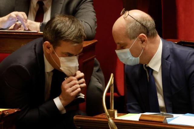 Le ministre de l'éducation, Jean-Michel Blanquer (à droite) avec Olivier Véran, ministre de la santé, à l'Assemblée nationale, à Paris, le 9 février 2021.
