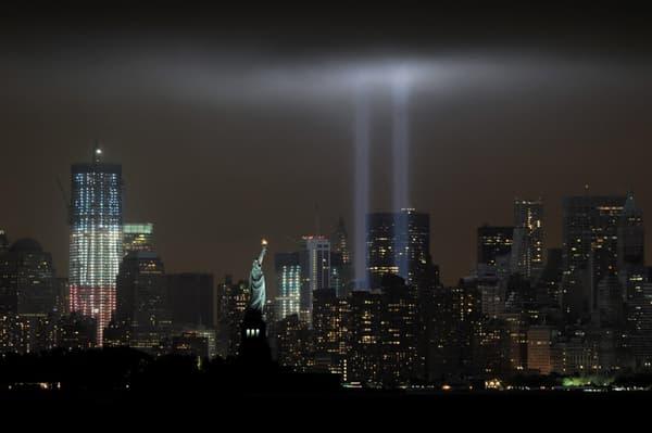 Deux rayons de lumière diffusés depuis l'ancien emplacement des tours jumelles du World Trade Center, le 11 septembre 2011.