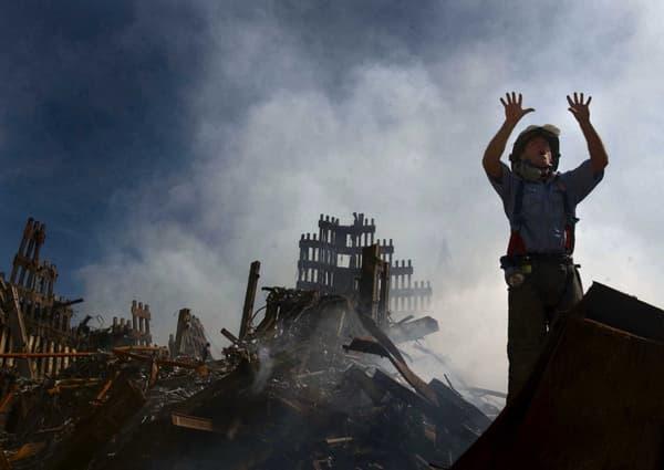 Un pompier new yorkais réclamant 10 sauveteurs supplémentaires dans la zone sinistrée par l'effondrement des deux tours, le 15 septembre 2001.