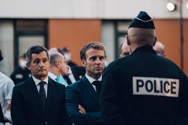 Emmanuel Macron, au commissariat du 15e arrondissement de Marseille dans les quartiers Nord de la ville, aux côtés d'Eric Dupond-Moretti et Gérald Darmanin, le 1er septembre.