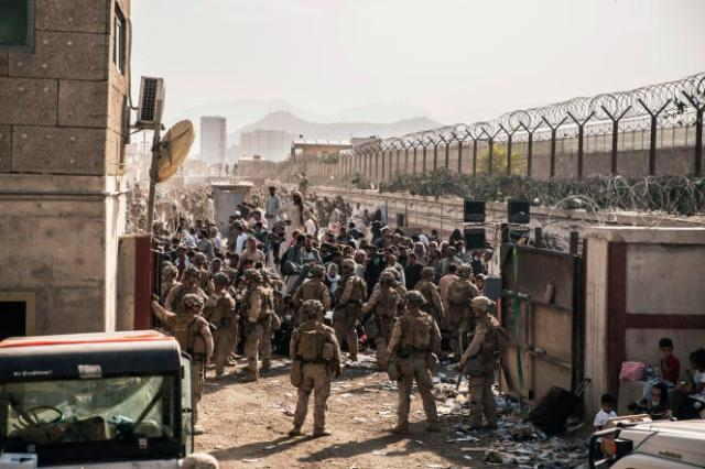 Des soldats américains mobilisés pour organiser l'évacuation de civils, à l'aéroport de Kaboul, le 21 août 2021.