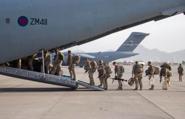 Des militaires britanniques montent à bord d'un avion pour quitter l'Afghanistan, le 28août2021.