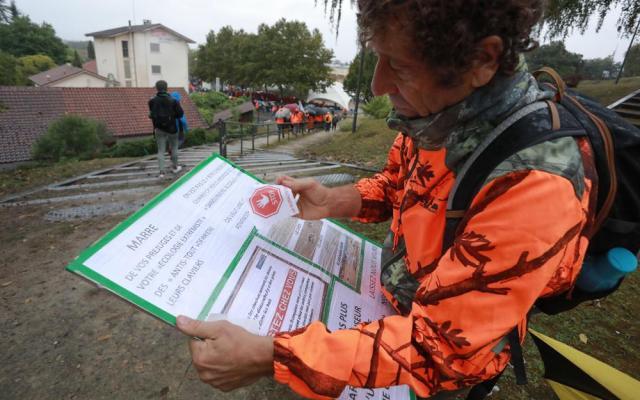 Avant que la manifestation démarre, atelier pancarte pour ce chasseur qui apporte une dernière touche finale à son panneau.