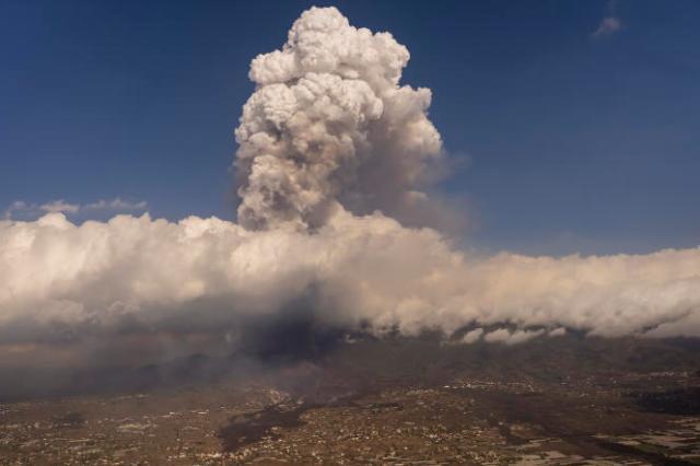 Le nuage de cendres et de gaz monte jusqu'à 4 500 mètres d'altitude au-dessus du volcan Cumbre Vieja.