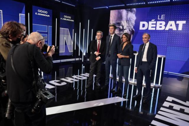 Avant le débat entre Jean-Luc Mélenchon et Eric Zemmour, sur le plateau de BFM TV, à Paris, le 23 septembre 2021.
